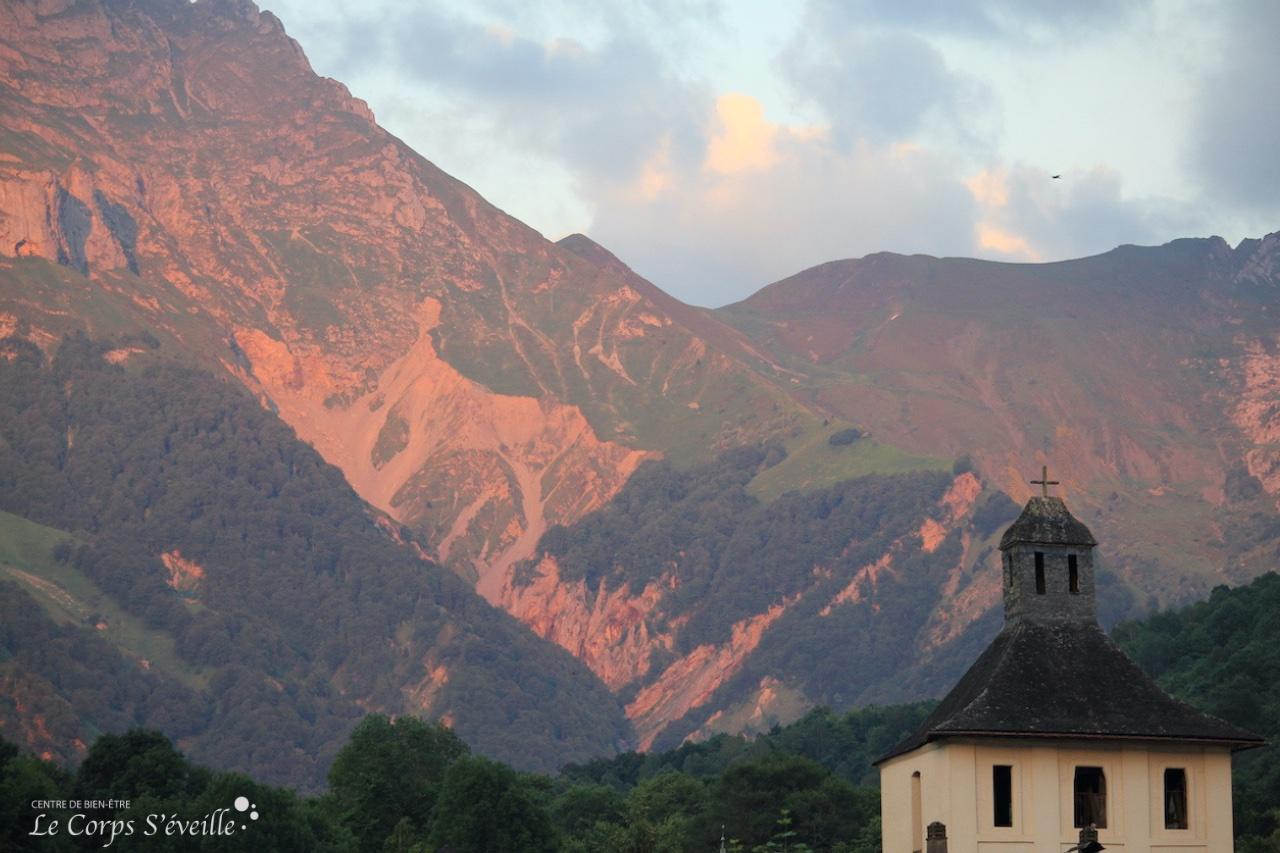 Les portes du bien-être : les Pyrénées au-dessus de Accous.