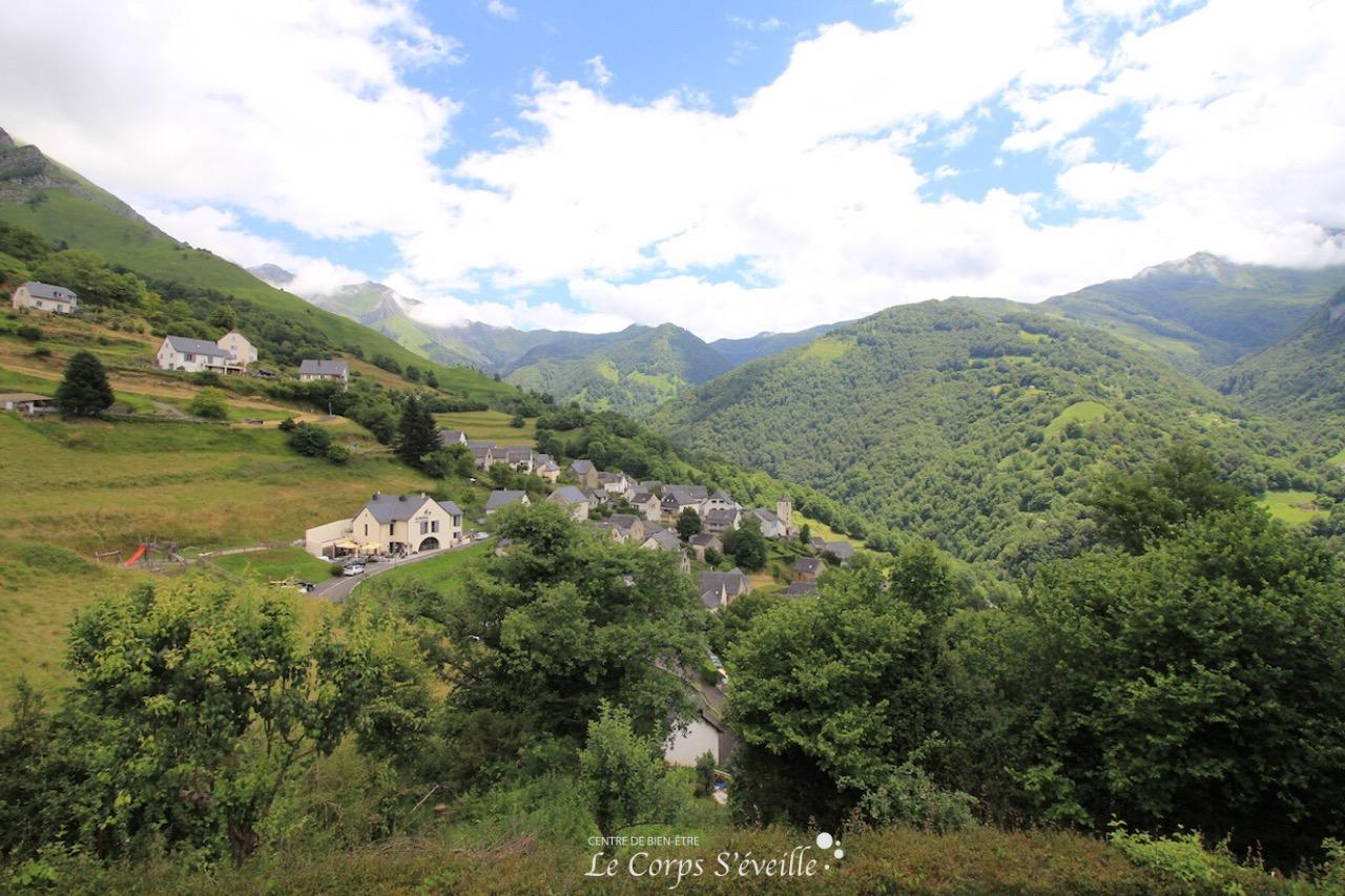 Auberge des Isards à Aydius, dans son écrin de verdure. Pyrénées béarnaises.