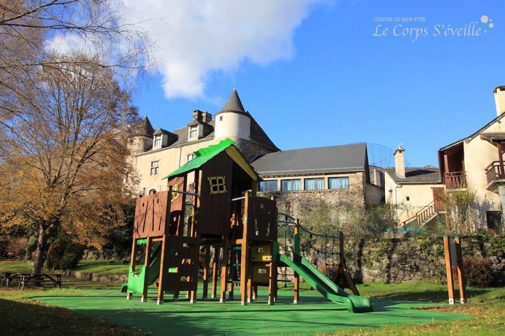 Le terrain de jeux pour enfants à Bedous, près du gave du Gabarret.