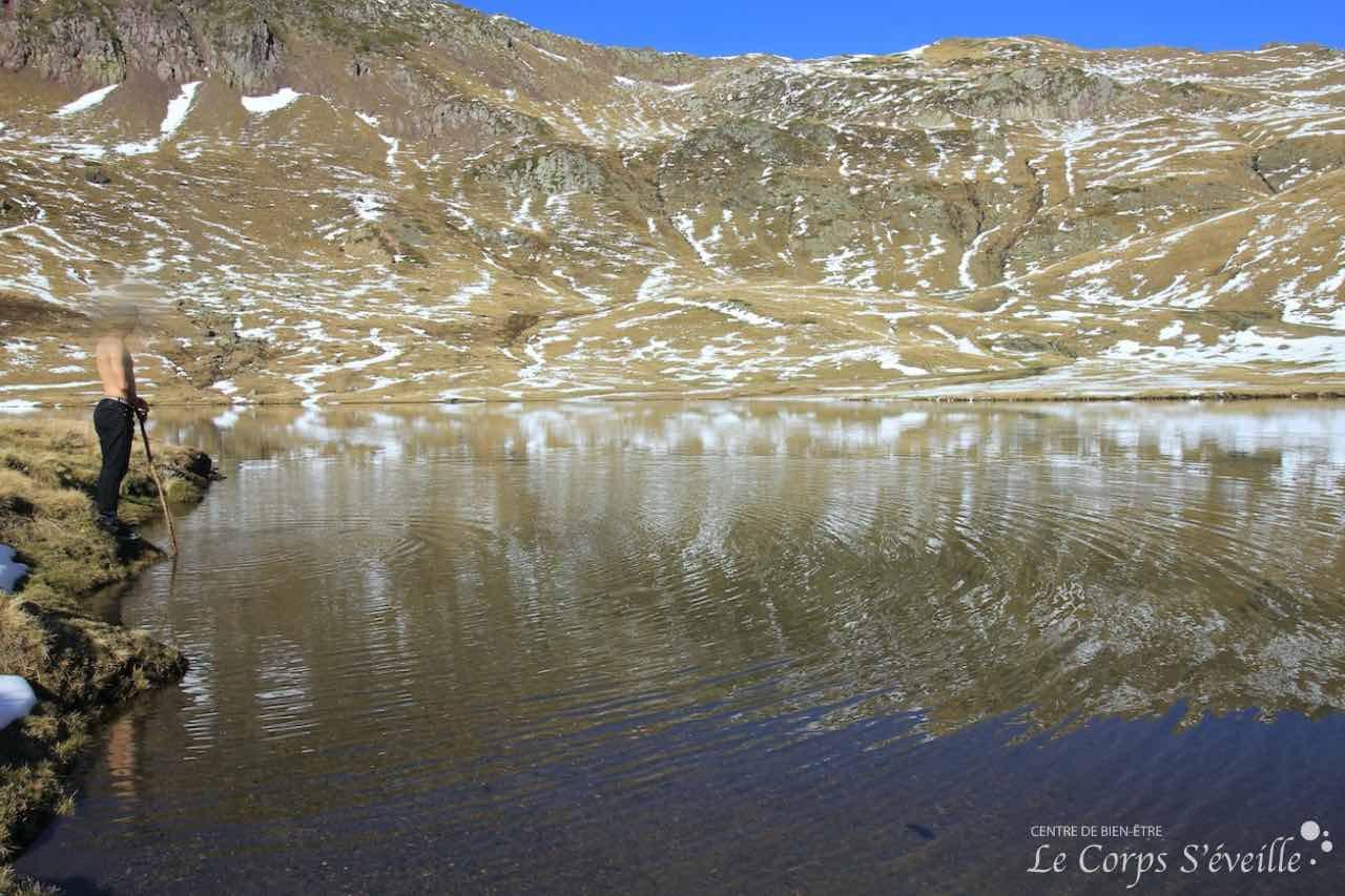 La récompense des randonneurs : contempler le lac de Escalar à Astún à 2000 mètres d'altitude.