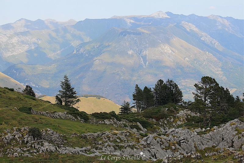 Vue sur les Pyrénées depuis la cabane d'Ichéus au-dessus de Osse-en-Aspe.