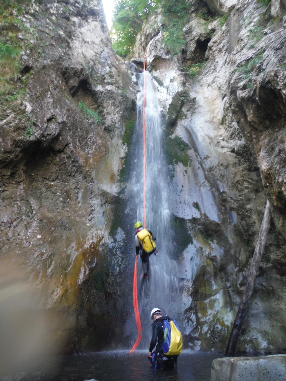 Marcher, sauter, nager dans les rivières en Vallée d'Aspe, Pyrénées Atlantiques. Images : Eric Corno.
