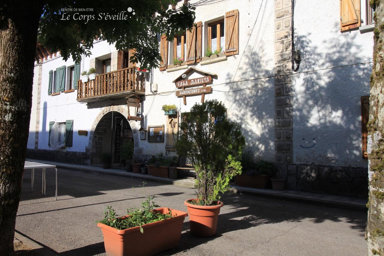 Sentiers de randonnée, gare internationale : une étape à Canfranc en Espagne.