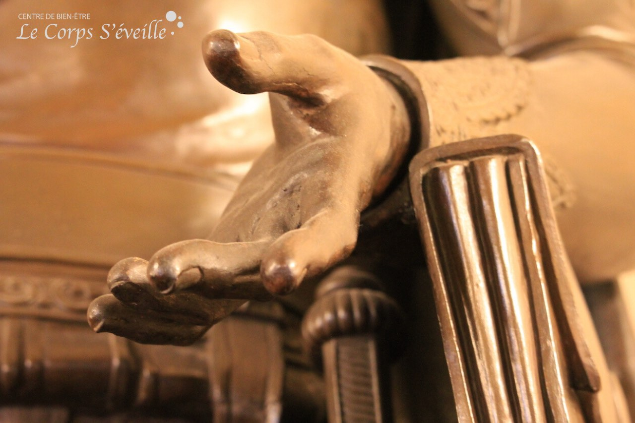 Gros plan sur les mains en sculptures et peintures au château de Pau, en Béarn.