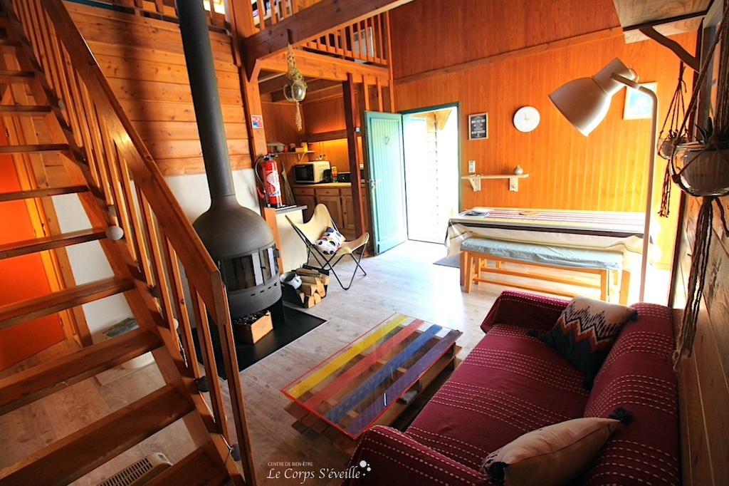Vue intérieure d'un chalet au rez-de-chaussée. Chalets d'Issaux en Pyrénées béarnaises.