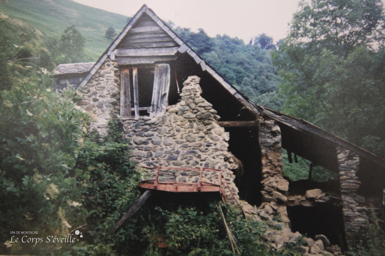 ...et voici la grange avant sa rénovation en chambres d'hôtes. Photographie prise dans les années 1980.
