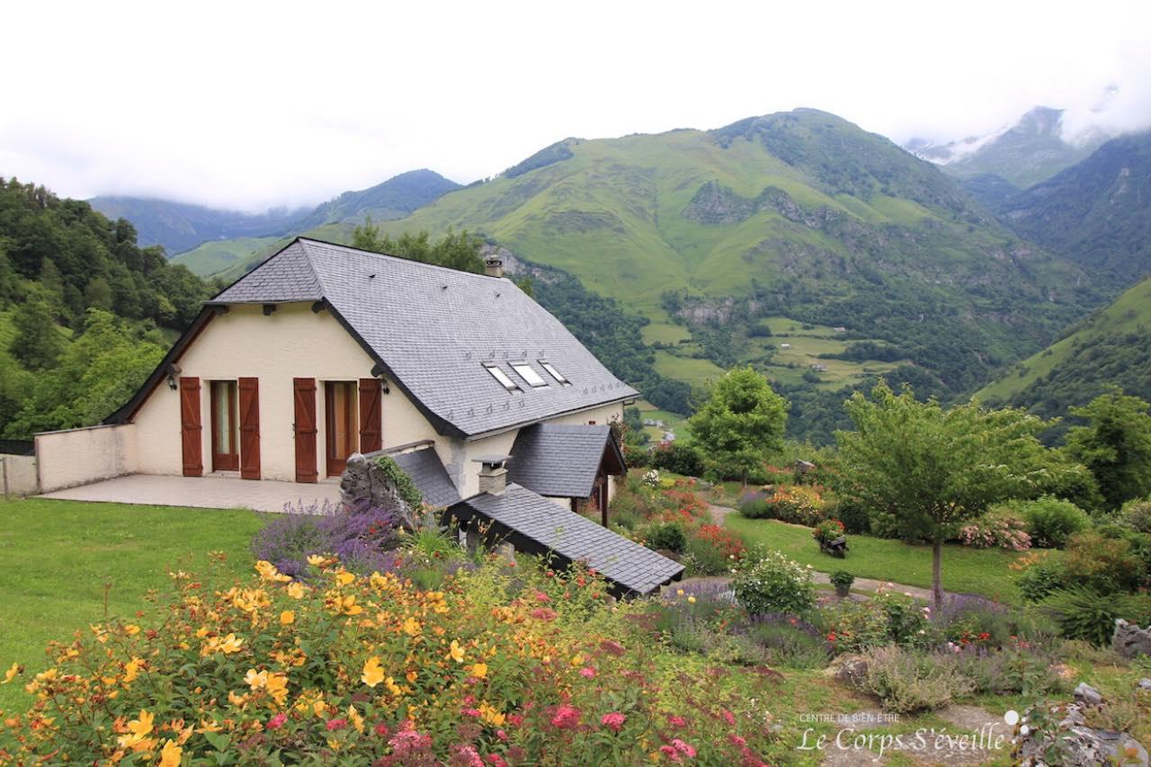 Chambres d'hôte L'Espiatet à Borce : la maison d'hôte et son jardin.