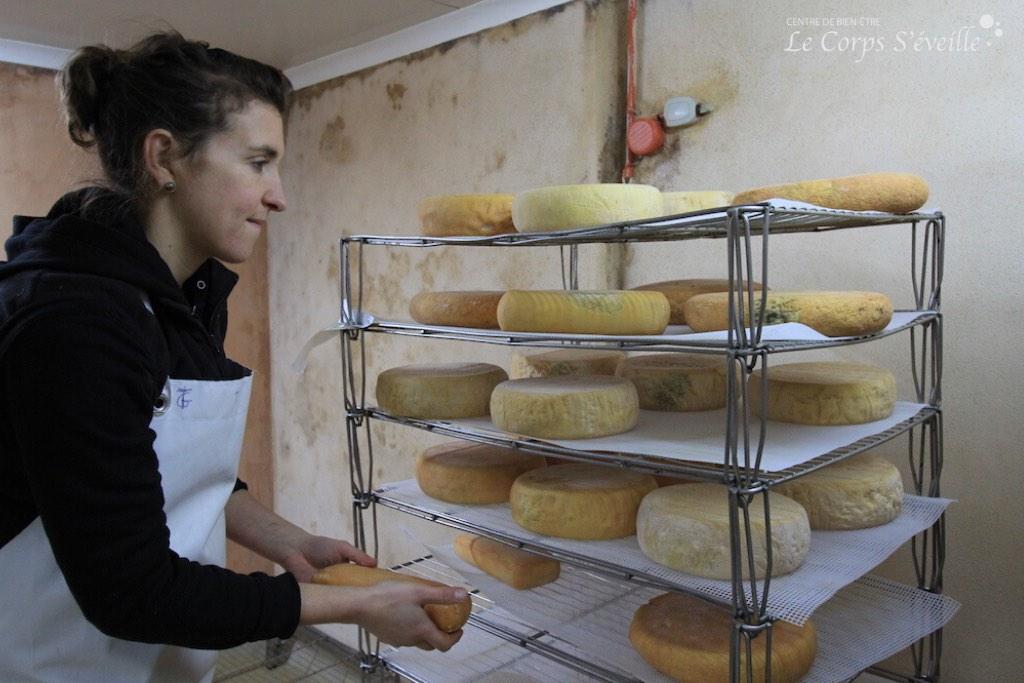 Mathilde Vandaele prépare une livraison à la ferme Lanset à Aydius.