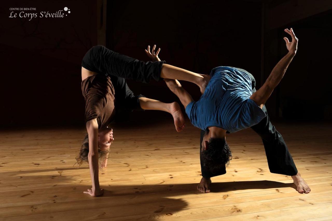 Julia Raynal et Rolando Rocha en danse contact improvisation. Photographe : Cyrille Cauvet. Tous droits réservés.