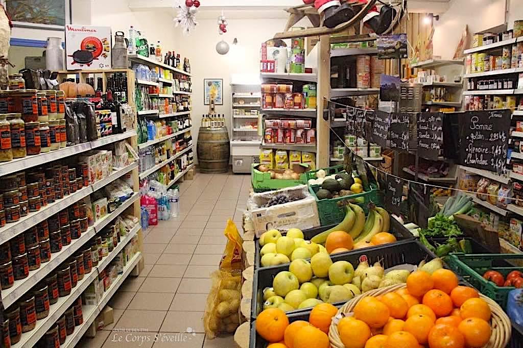 Les vacanciers trouvent les produits utiles à leur séjour dans l'espace épicerie.