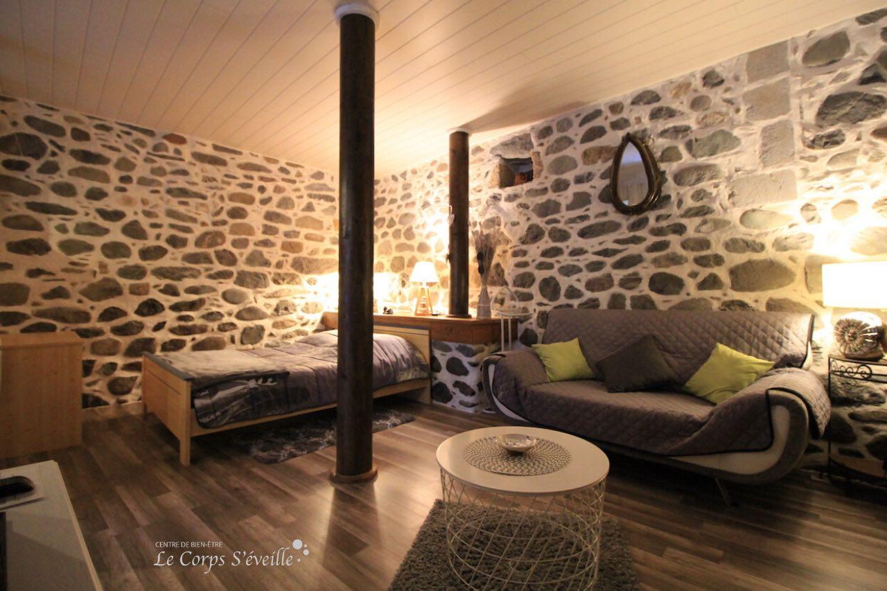 Chambre et salon du gîte L'Écurie à Bedous, dans les Pyrénées béarnaises.