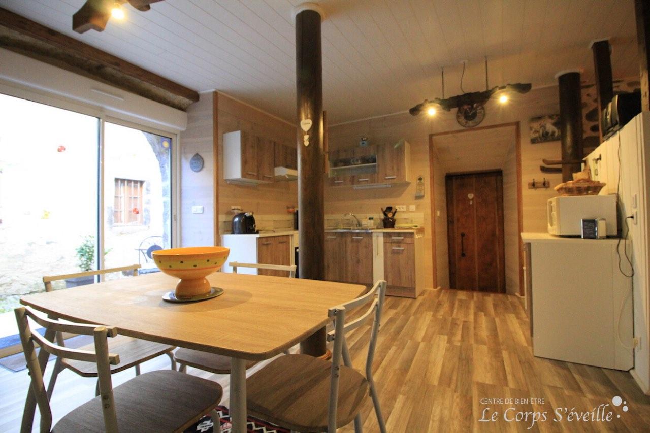 La cuisine du gîte L'Écurie à Bedous, en Vallée d'Aspe.