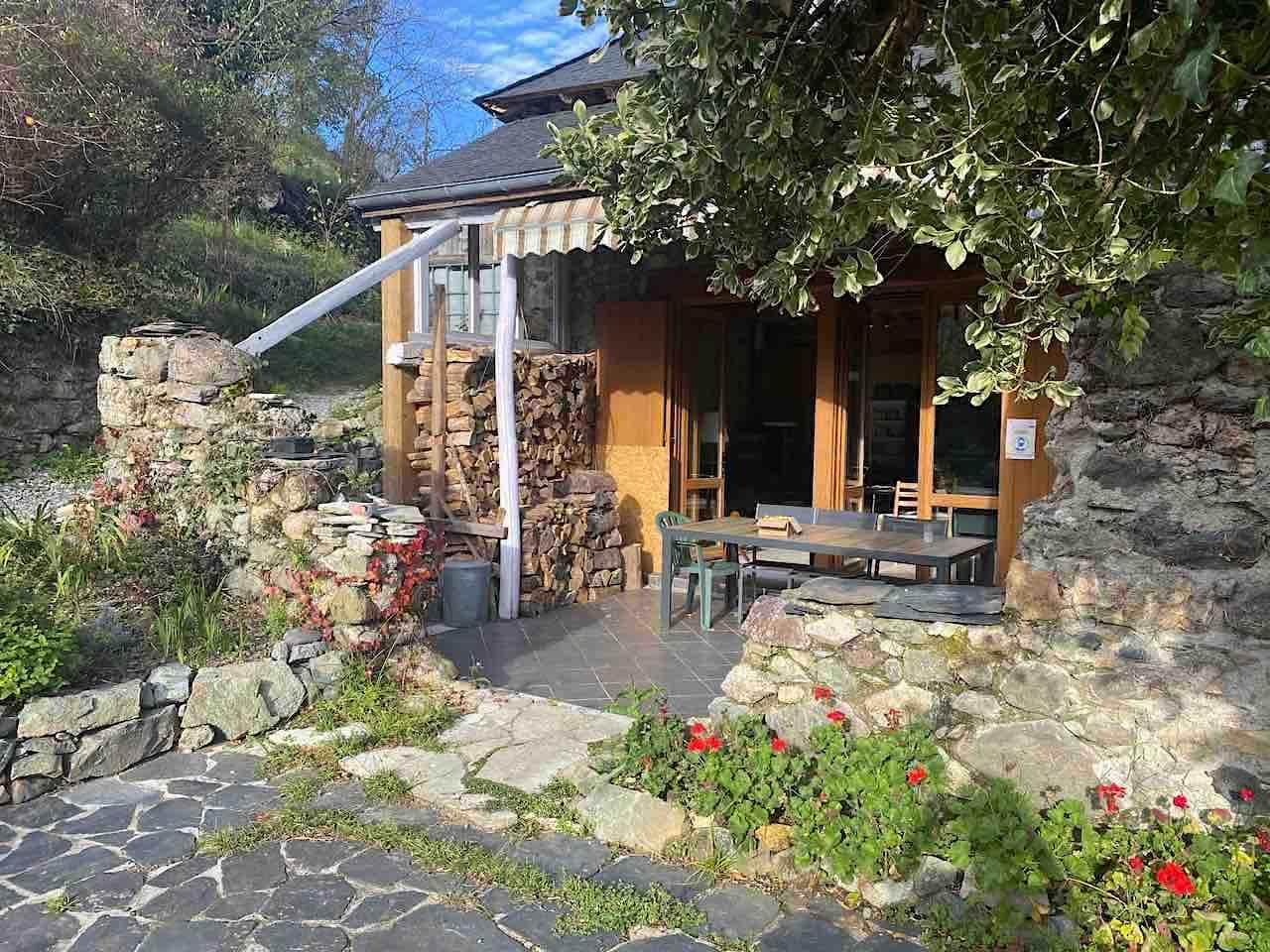 La terrasse et le jardin du gîte Montagne & Vie à Bedous, lieu-dit Orcun.