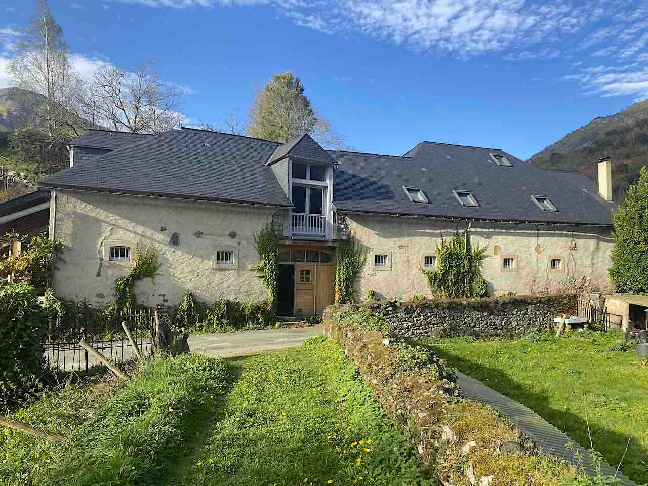 Potager, arbres fruitiers : le végétal entoure le gîte Montagne & Vie à Bedous, Haut-Béarn, Pyrénées.