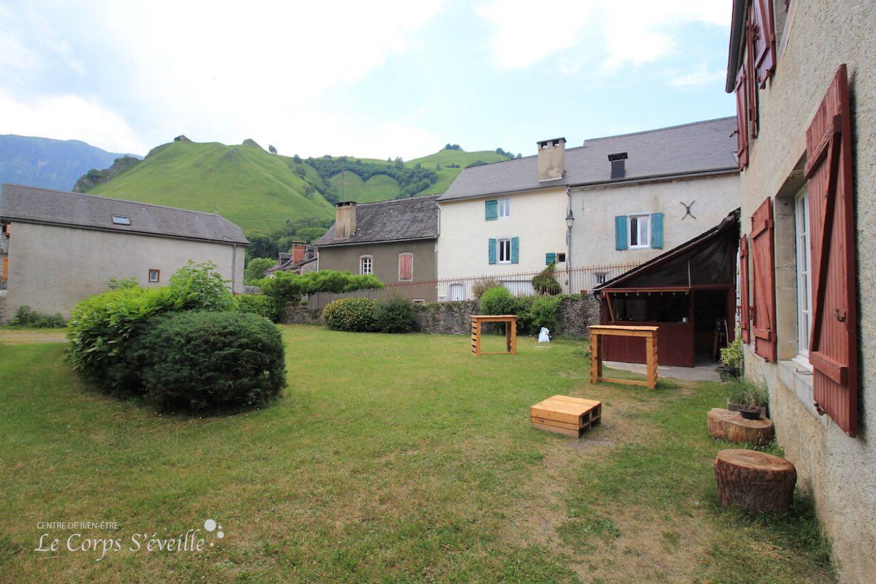 Le gîte Chaneü à Osse-en-Aspe a son jardin et son bar-épicerie.