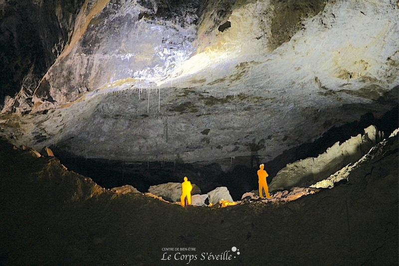 Pour que les visiteurs aient une idée du volume de la grotte de la Verna, des mannequins ont été fixés sur les rochers. De la photo à la réalité, on change d'échelle. Le mot immensité prend tout son sens.