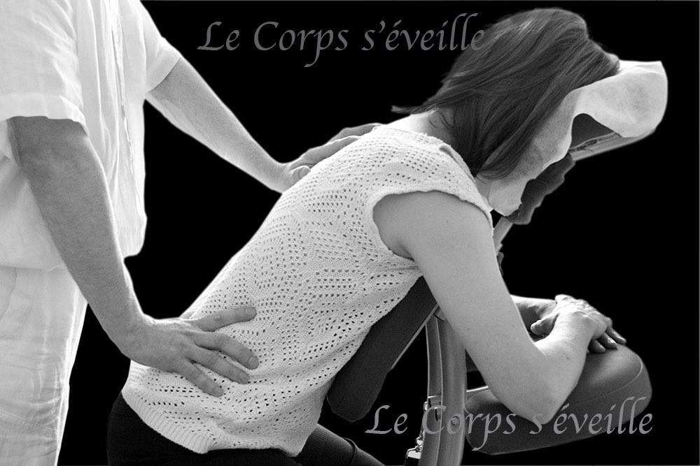 Massage assis sur siège ergonomique. Centre de bien-être en Vallée d'Aspe, sud de Pau et Oloron.