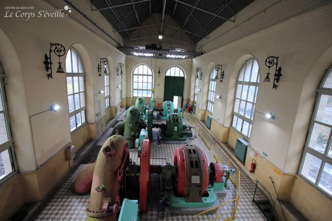 Intérieur de la centrale hydraulique d'Esquit à Lées-Athas, avec ses luminaires art déco.
