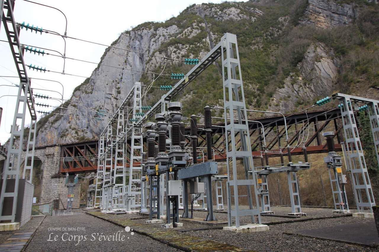 À la sortie de la centrale de Baralet, les lignes ont une tension de 63 000 volts. Défense de toucher !