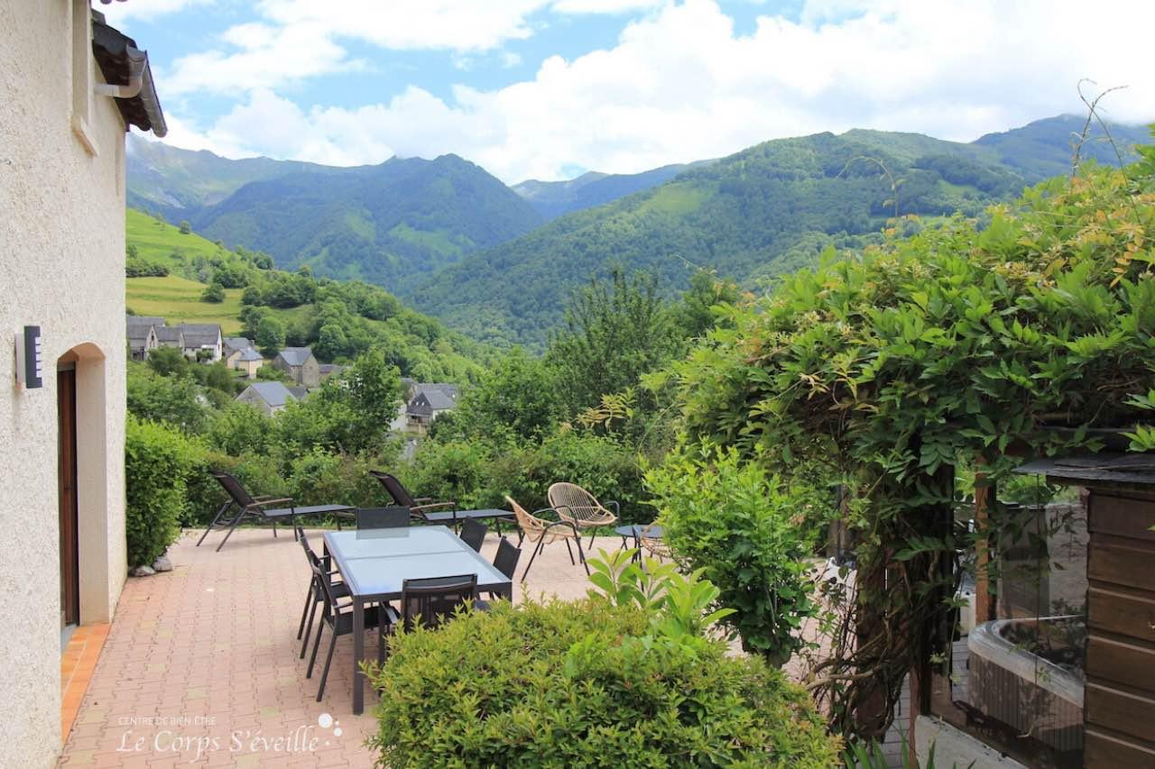 La terrasse des chambres d'hôte La Curette à Aydius, dans les Pyrénées béarnaises.