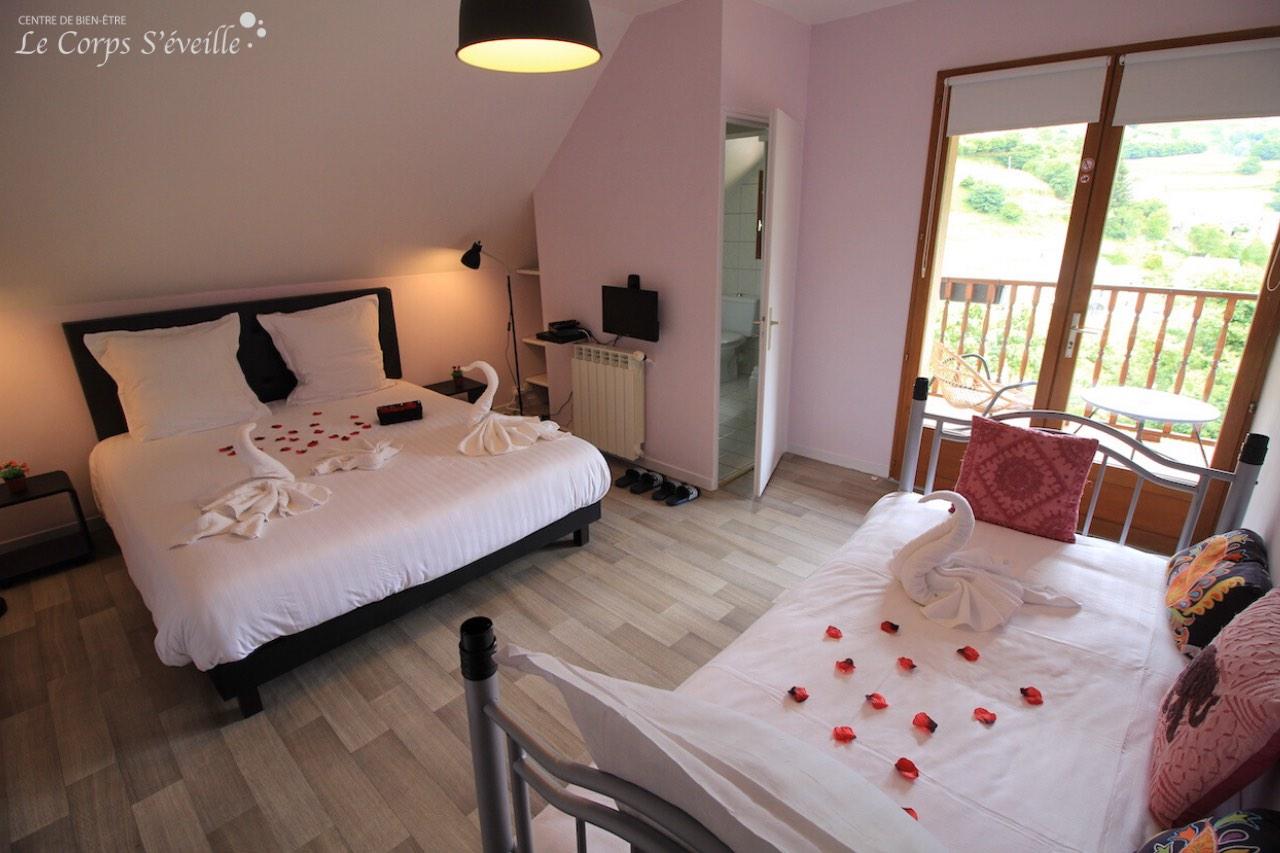 La chambre Bergon a deux lits et un balcon avec vue sur Aydius et les Pyrénées.