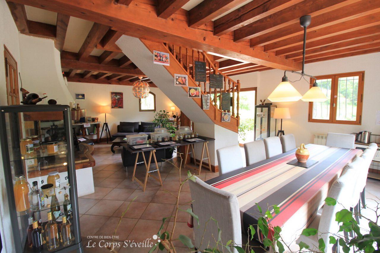 Salon et salle de séjour au rez-de-chaussée de La Curette, dans les Pyrénées béarnaises.