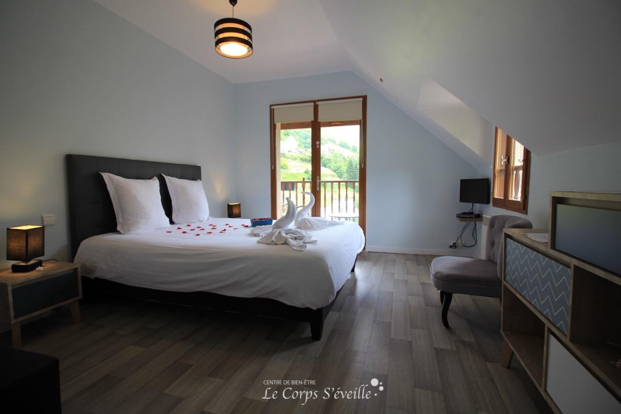 La chambre Iseye a un grand lit de largeur 160 et un balcon. La Curette en Pyrénées béarnaises.