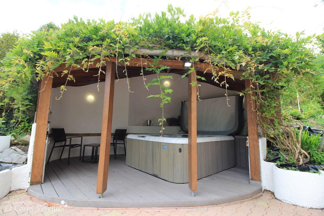 Le jacuzzi des chambres d'hôte La Curette a une capacité de 5 places. Sur réservation privative.