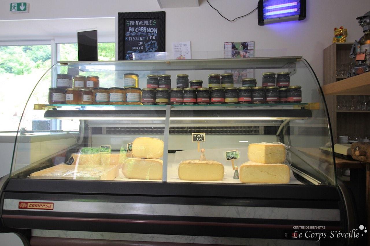 Fromages, pâtés, confitures : les produits locaux sont à emporter au Cabanon de Sophie.