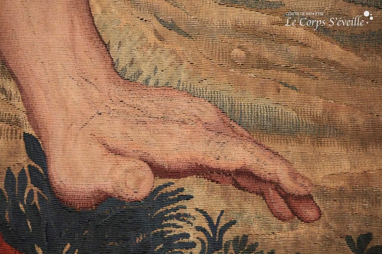 Scruter les mains sur les tentures et sculptures au château de Pau.
