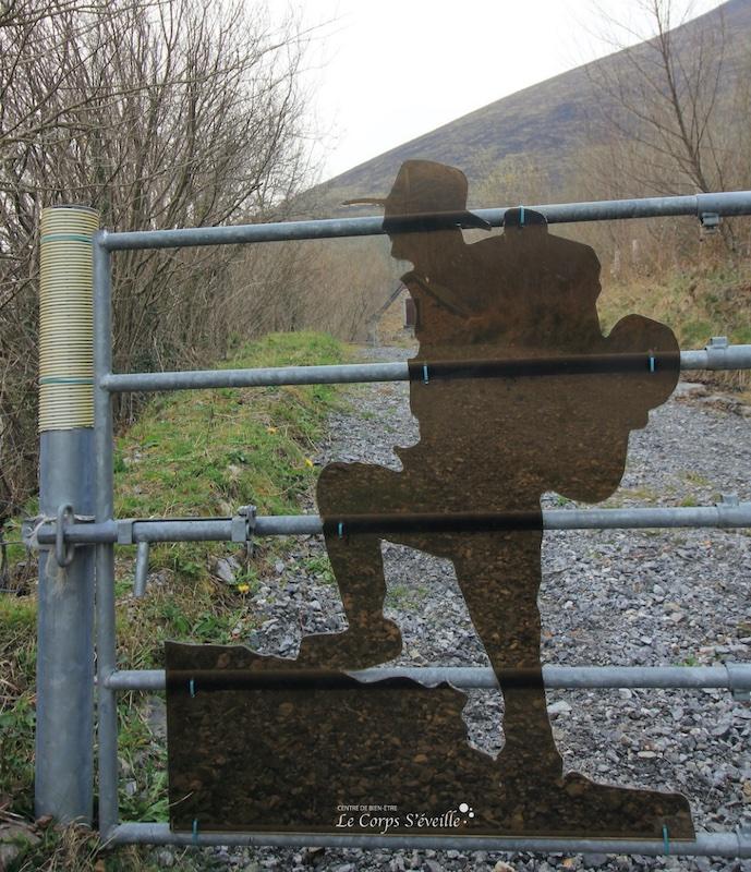 Le randonneur de Lourdios-Ichère. Une création anonyme visible à l'entrée d'un champ.