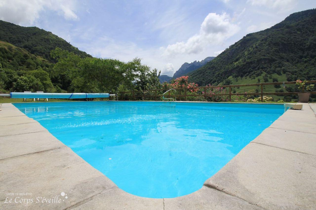 La Maison Pouquette a une piscine offrant une vue sur les Pyrénées.