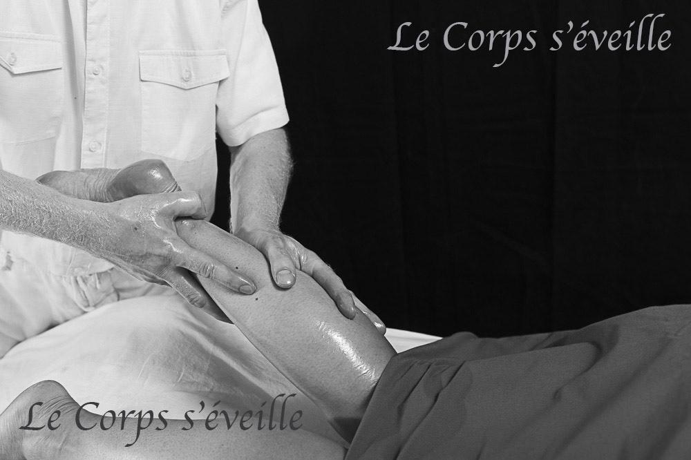 Un paréo accompagnie une séance de massage bien-être agréé FFMBE.