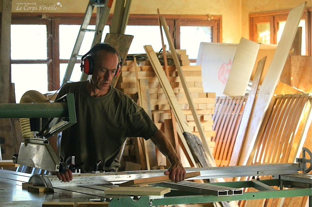 Stéphane Labedan, menuisier, dans l'atelier partagé à Accous, en Pyrénées béarnaises.