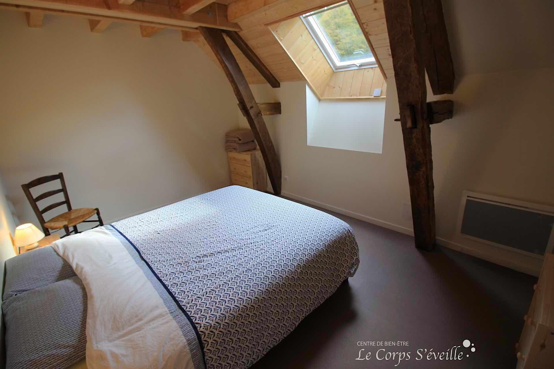 Une chambre double au gîte Montagne & Vie en Pyrénées béarnaises, sud de Pau.