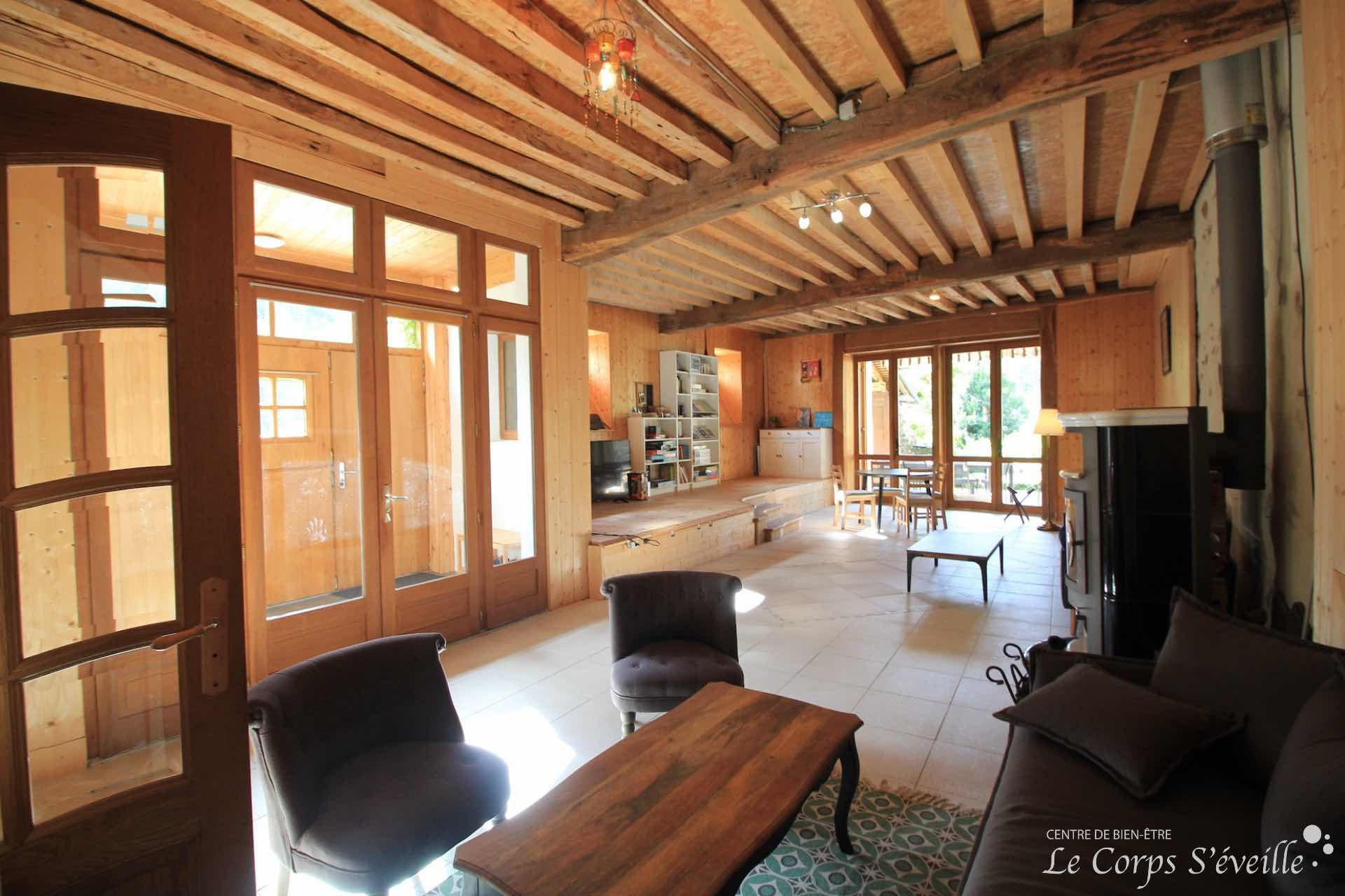 La salle de séjour au gîte Montagne & Vie en Pyrénées béarnaises, sud de Pau.