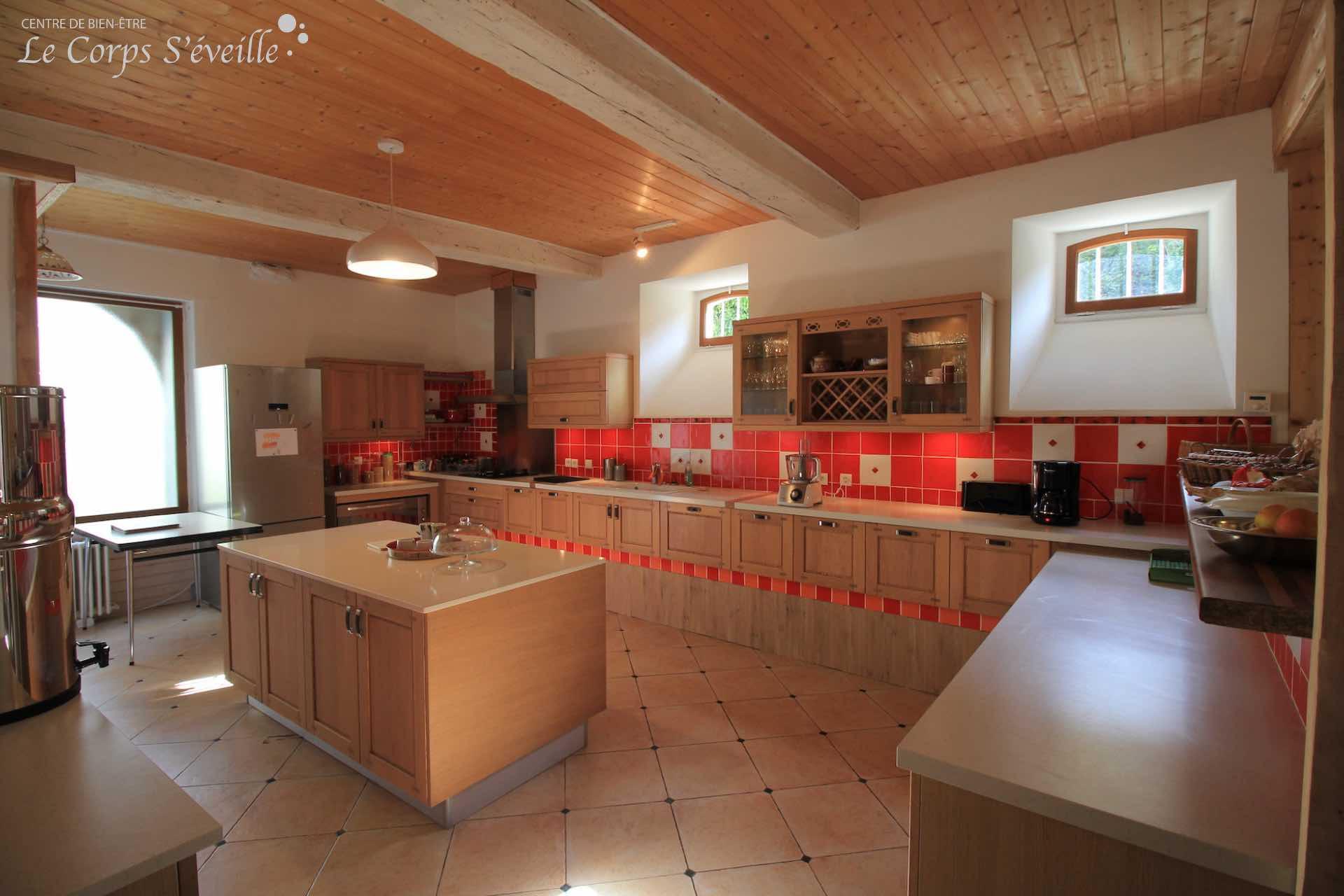 La cuisine de Montagne & Vie où se déroulent les stages de cuisine végétarienne.