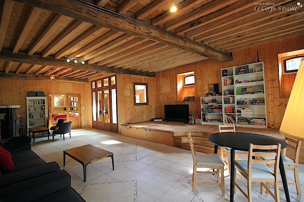 La salle de séjour au gîte d'étape et de séjour Montagne & Vie à Bedous, en Vallée d'Aspe.