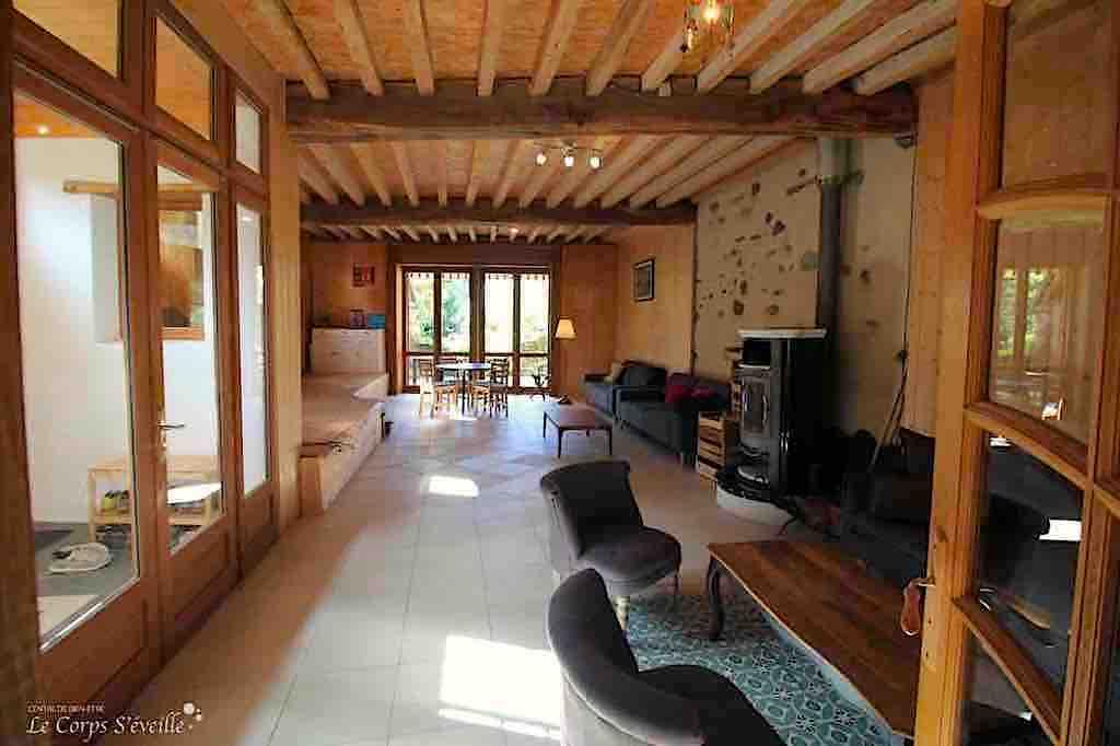 La salle de séjour de Montagne & Vie à Bedous. Au fond, le jardin.
