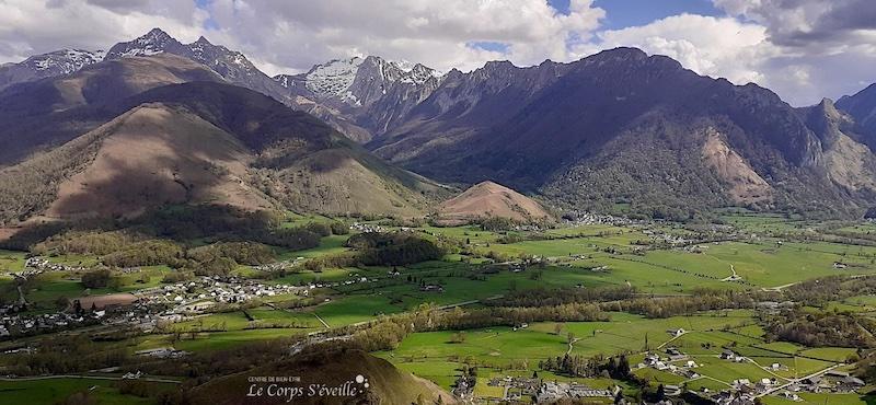 Bedous vu du point de vue situé au-dessus de Osse-en-Aspe, Pyrénées béarnaises.