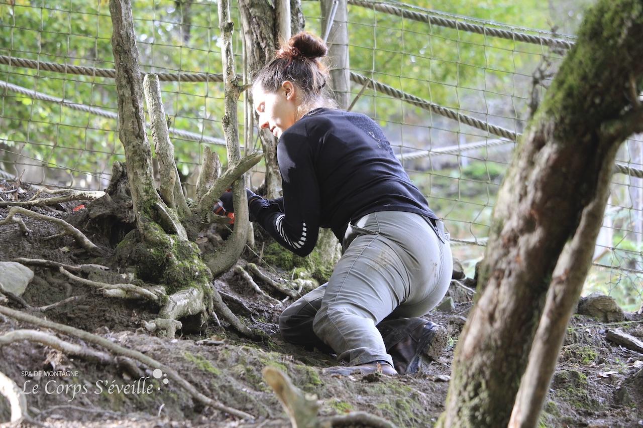 Emmanuelle répare une clôture dans le parc des daims.