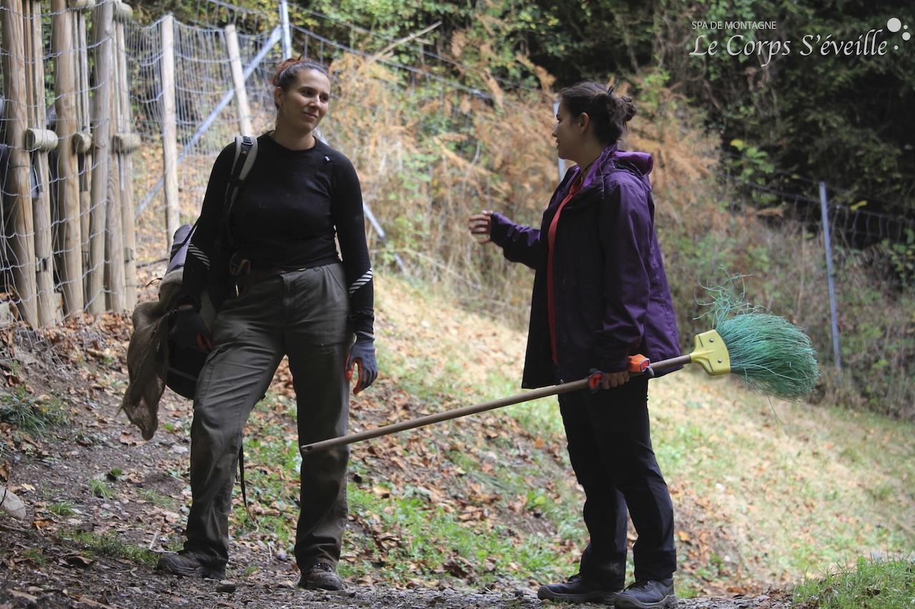 Emmanuelle et Sarah se concertent de retour de l'enclos des bouquetins.