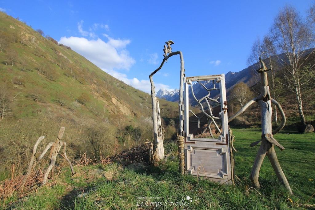 Les portes du bien-être : sculpture éphémère au Poey, Accous, Pyrénées béarnaises.