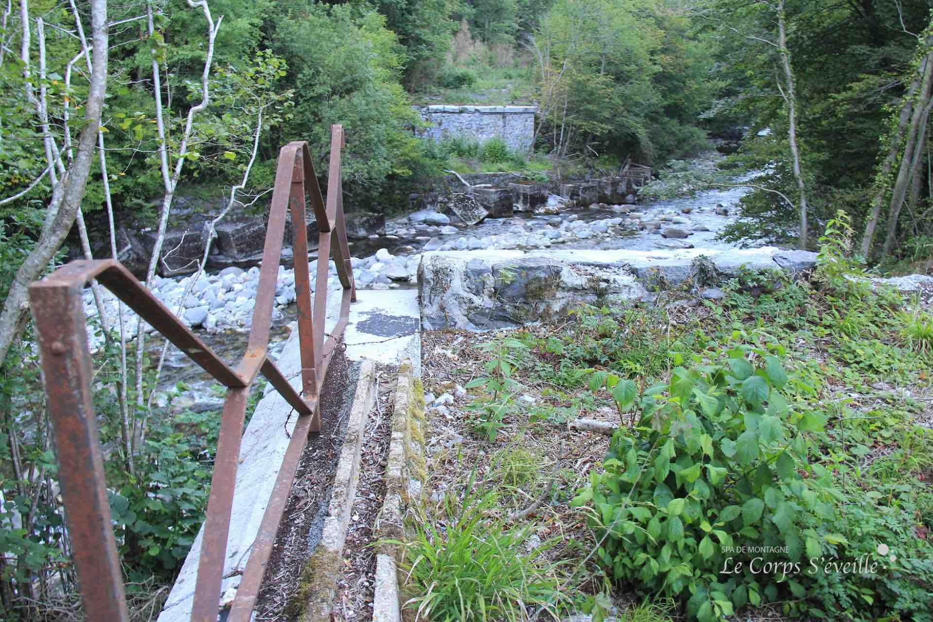 Voici le lieu où le train de marchandises est tombé dans le gave en 1970. Le pont de l'Estanguet a été emporté.