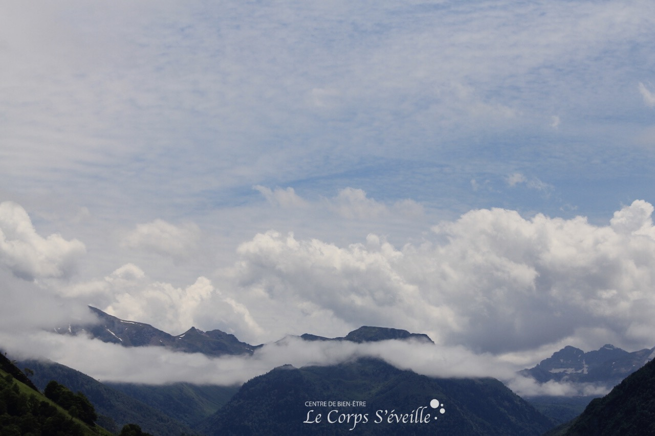 La tête dans les nuages pendant un massage bien-être.