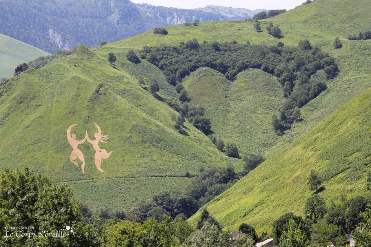 Sculpture éphémère réalisée à flanc de montagne à Osse-en-Aspe, Pyrénées béarnaises.