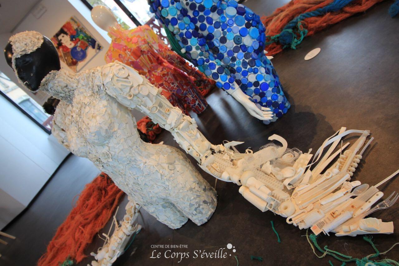 Sculptures réalisées avec du plastique trouvé sur des plages. Villa Bedat à Oloron-Sainte-Marie.