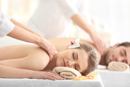 Massage duo. Image : Africa studio - Fotolia.